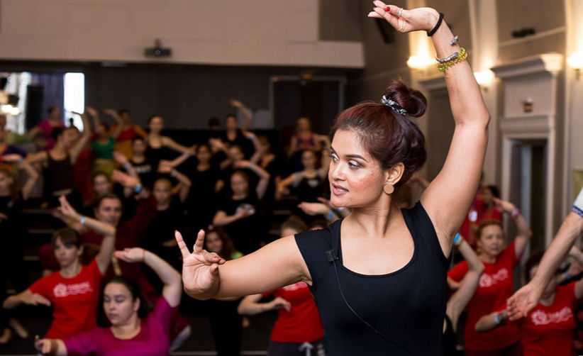 <p>Danza desde Casa. Bollywood y Hula</p>